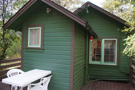 Loveland Heights Cottages: Loveland Heights cabin. How the bathroom extends onto the deck