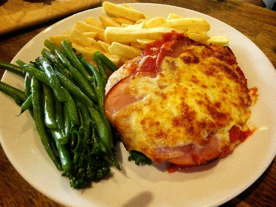 Coldstream Brewery: Chicken Parma with chips and seasonal vegetable