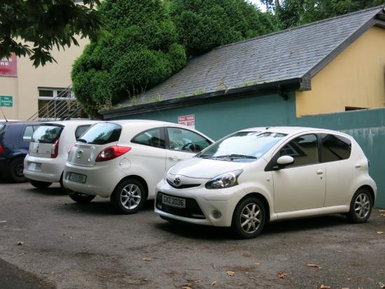 Railway Hostel: 駐車スペース