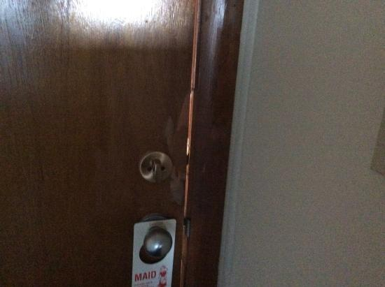 Fisherman's Wharf Inn: Very insecure door with space.