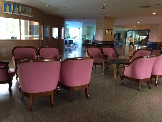 Grand DarulMakmur Hotel Kuantan: Old Sofas in lobby