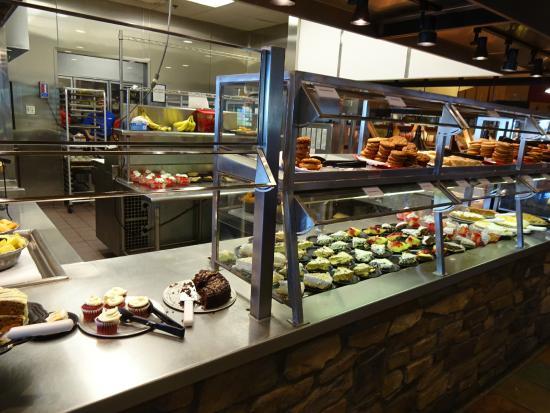 Wood Grill Buffet : たくさんの料理が並ぶ