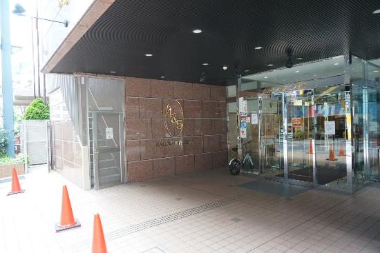 Toyoko Inn Kobe Sannomiya: Entrance to the hotel