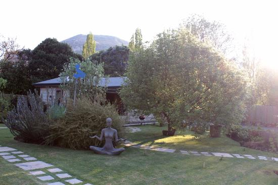 Kalm Guest House : Early morning in the garden