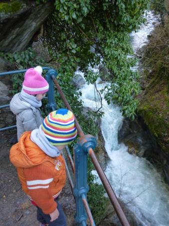 Tappeiner Promenade: Guardando il torrente...