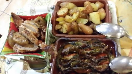 Le Mas des Vertes Rives: canard roti tian de légumes  pommes de terre grenailles