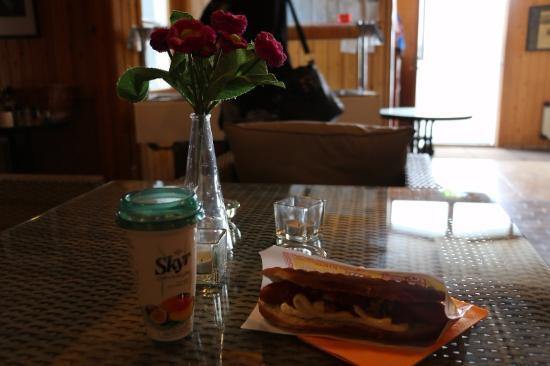 บอร์การ์เนส, ไอซ์แลนด์: ホットドッグと売店で買ったスキール