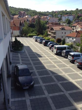 Hotel Tami Residence: Parking space