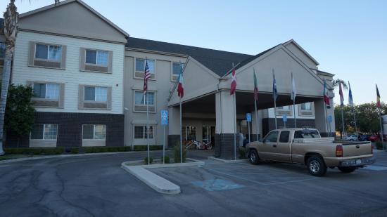 شارتر إن آند سويتس: Charter inn and suites, Tulare