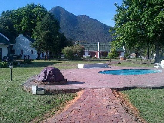 Swallows Nest Country Cottages: Sparkling guest pool