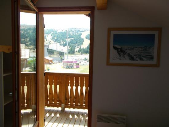 Le Hameau du Puy : Vue d'une chambre sur la montagne et l 'antenne relais
