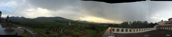Araku Valley, Hindistan: Picturesque place!! All these are taken from our room balcony!