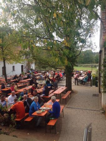 Abenberg, Germania: Wunderschöner Biergarten mit ausgezeichnetem Essen. Schäuffele, Käsespätzle und Biergartenspiess