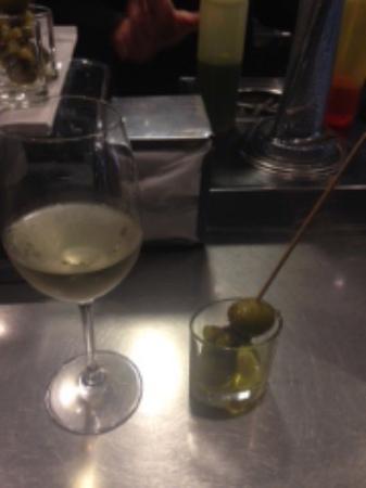 Bar Mo: Vino Menade acompañado por una Gilda, aceituna de Murcia