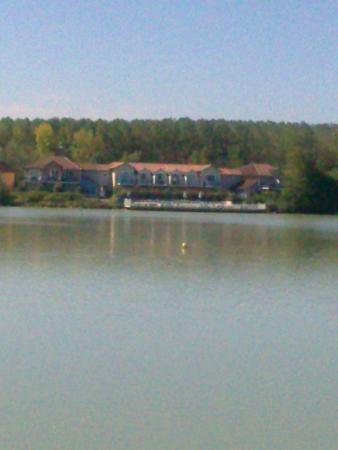 Pierre & Vacances Résidence Le Hameau du Lac : vue de la résidence, depuis l'autre côté du lac