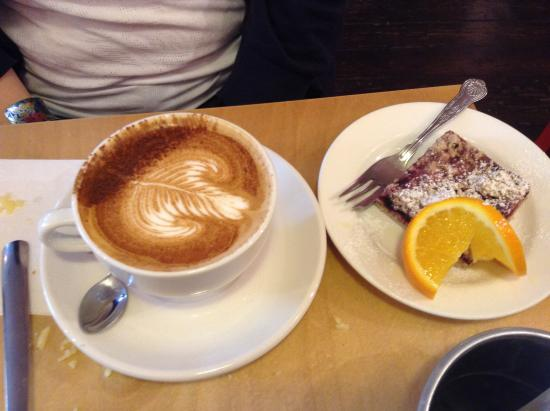 Hula Juice Bar and Gallery: Coffee and cherry and basil crumble