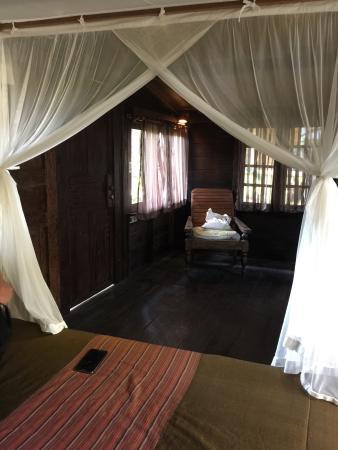 Desa Sanctuary, The Village: 與大自然共存的美好住宿體驗; 這是目前我住過最滿意的住宿了!獨具特色的美麗Villa,從細節上的門把 到室內家具 都經過精心設計般; 我們風塵僕僕的到達,走進房間 貼心的工作人員送上清涼的
