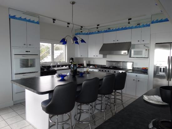 Sun and Surf Bed and Breakfast: Kitchen