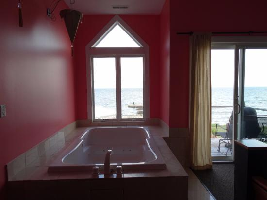 Sun and Surf Bed and Breakfast: Jacuzzi tub