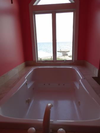 Sun and Surf Bed and Breakfast : Jacuzzi tub