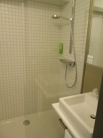 Nice big shower, modern and clean bathroom. - Picture of Mara Hotel ...