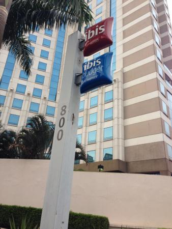 Entrada a Hotel Ibis