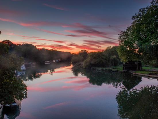 Shillingford, UK: The sunset from Shillingford Bridge just outside the Hotel