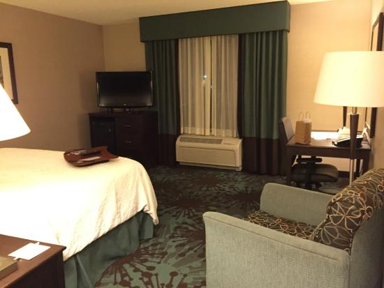 Hampton Inn by Hilton Toronto Airport Corporate Centre: working desk and sitting area