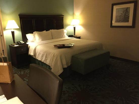 Hampton Inn by Hilton Toronto Airport Corporate Centre: comfortable king size bed and sheets