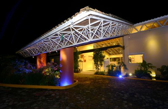 Hotel Mision Grand Valle de Bravo: Entrada Lobby nocturno
