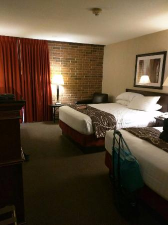 Drury Inn Shawnee Mission Merriam: view as you walk in, beds and chair