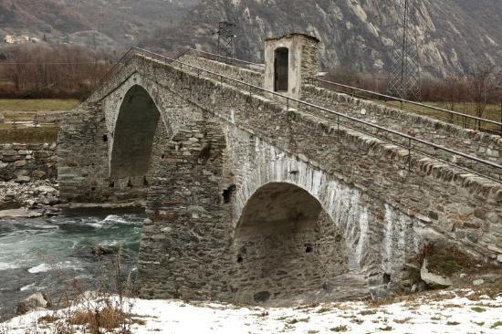 Arnad, Italia: Edicola sul pilastrone destro
