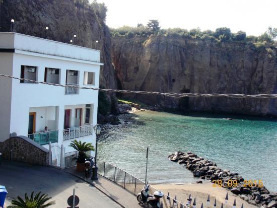 Hotel Giosue a Mare: Отель и его пляж