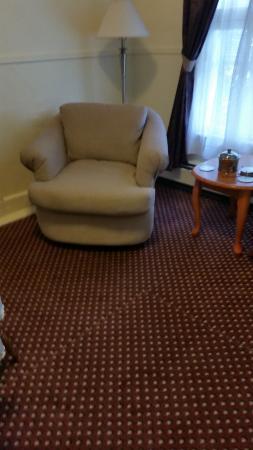 كينيدي إن: Old filthy broken chair