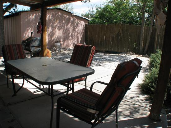 Mountain Valley Lodge & RV Park: La Casita Patio / Court Yard