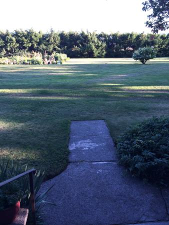 Seven Oaks Bed and Breakfast: Pathway into Rear Yard