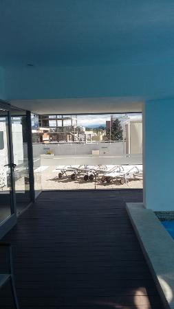 Hotel Estilo MB: terraza junto a la pileta cubierta