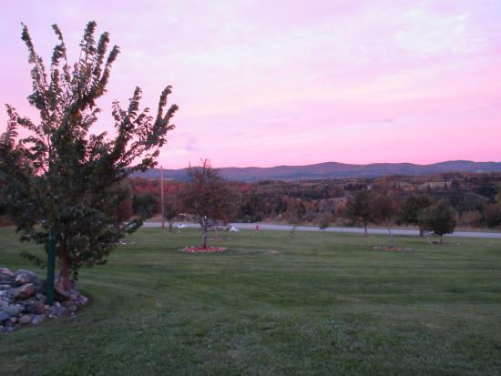Colebrook, Nueva Hampshire: Sunset - frontyard