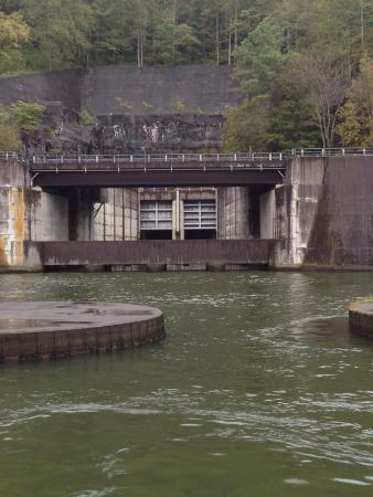 Raccoon Mountain Dam: Dam with pumped storage area at top of the mountain. Release gates below.