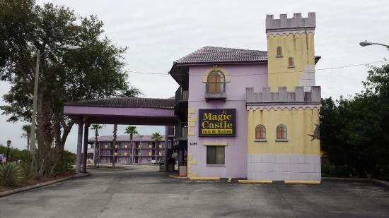 Magic Castle Inn and Suites: Entrada do hotel