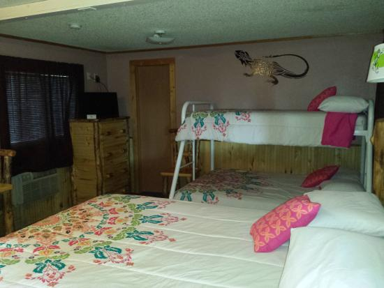 Ms. Kitty's Country Inn : Queen bed with bunk beds
