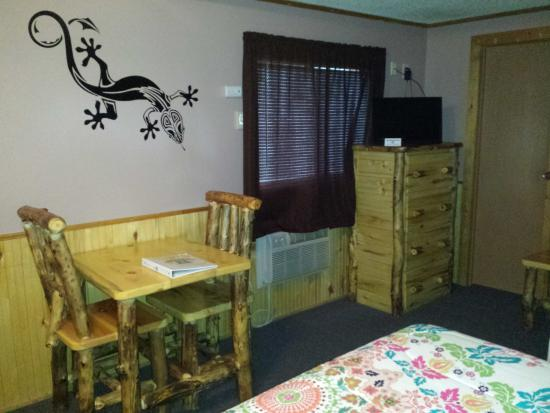 Ms. Kitty's Country Inn : Rustic furniture