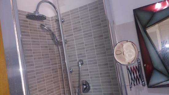 Da Marta & Alida all'Esquilino: ducha y espejo de ikea