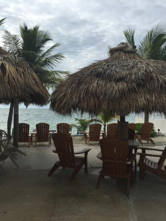 Key Colony Beach Motel: Tiki Huts with lots of seating
