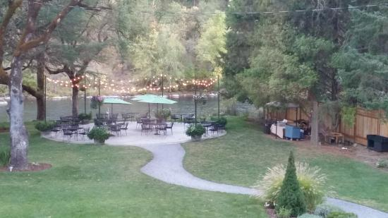 The Rogue River Lodge Restaurant: View from the dinningroom to the patio andf river.