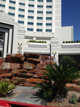 Crowne Plaza Los Angeles - Commerce Casino: Hotel foountain
