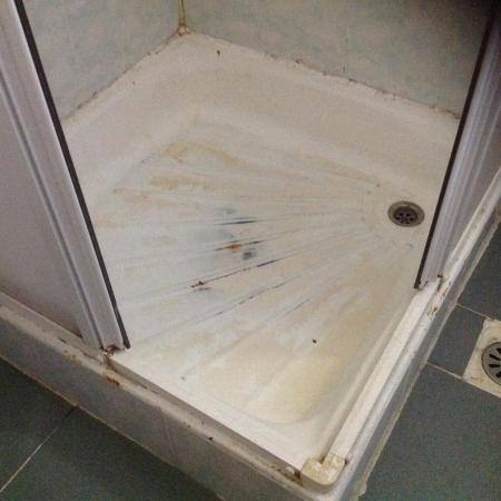 Cenka Hotel: Mouldy shower base