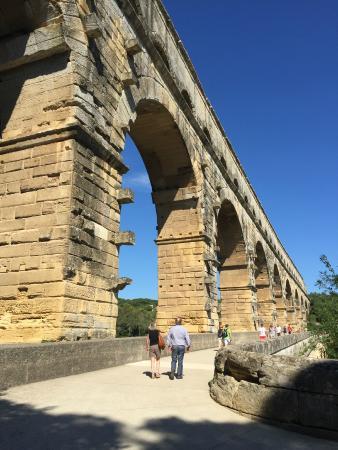 Vers-Pont-du-Gard, France : Vue du pont antique, depuis le tablier du pont du Moyen-Age