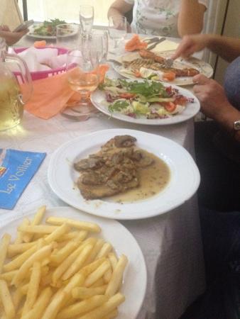 Torre Pali, Italia: Arrosto con funghi e patatine e insalata con gamberoni e pesce spada