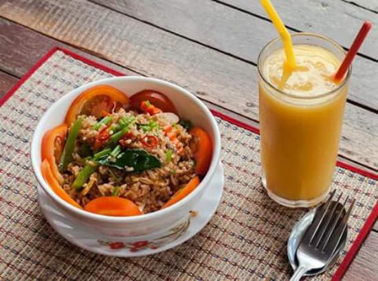 Lilypop Restaurant: Tom Yam fried rice and mango shake